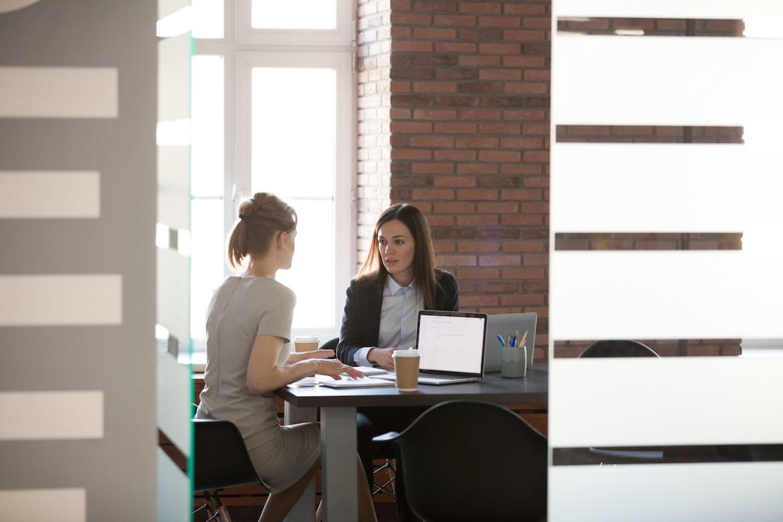 Jobsharing: Die Vorteile von doppelter Power: Zwei Frauen an einem Tisch