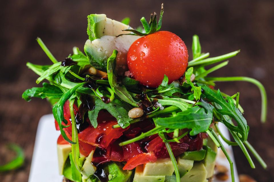Food-Styling: Avocado-Tomaten-Salat auf Knoblauch-Toast