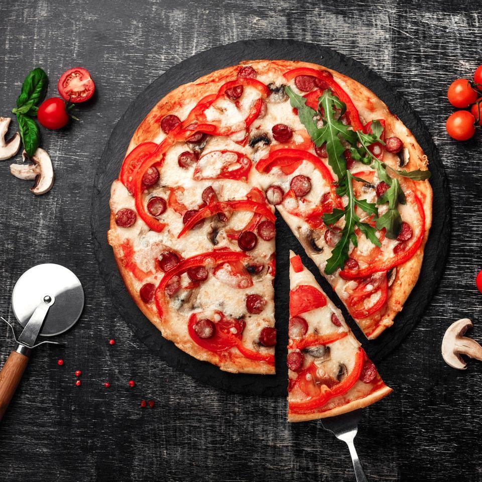 Kohl-Paprika-Pizza mit Wurst