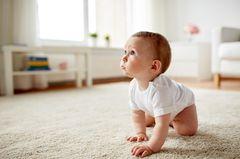 Vorsorge: Baby krabbelt