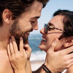 Einfache Tipps für guten Sex: Ein junges Pärchen lächelt einander an