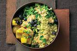 Spitzkohl-Hirse-Bowl mit Blue-Cheese-Joghurt