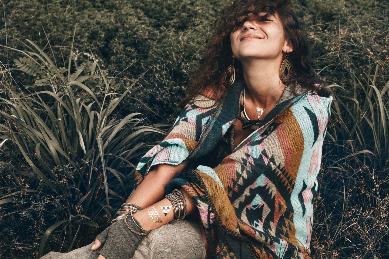 Karmahoroskop: Eine fröhliche Frau in spirituellen Klamotten