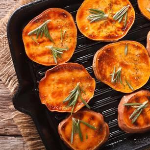 Süßkartoffeln grillen: Gegrillte Süßkartoffelscheiben