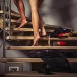 Was bringt es, eine Affäre zu haben? Ein Mann und eine Frau laufen die Treppe hoch
