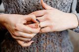 Was kann man mit Gleitgel machen? Eine Frau versucht, einen Ring vom Finger zu entfernen