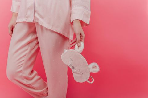 Rituale für den Schönheitsschlaf: Rosa Pyjama und Schlafmaske