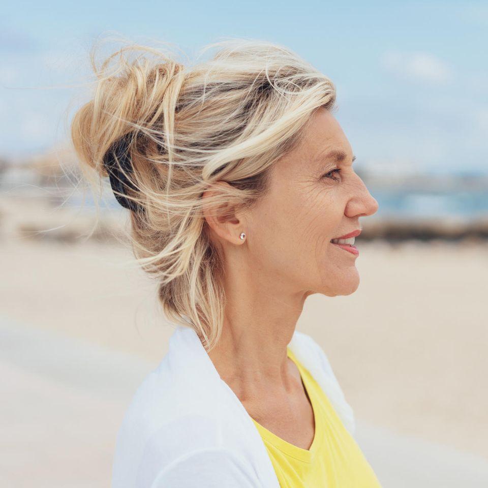 Trennung mit 68: Frau blickt aufs Meer