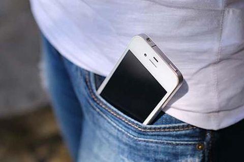 Das Handy in der Hosentasche: So wirkt es sich auf die weibliche Fruchtbarkeit aus