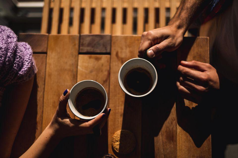Was tun Eheleute für ihre Beziehung? Ein Pärchen beim Kaffeetrinken
