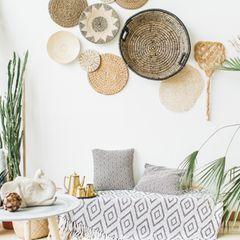 Wanddeko Ideen: die schönsten Inspirationen für dein Zuhause: Couch mit Decke, darüber Wandteller an der Wand