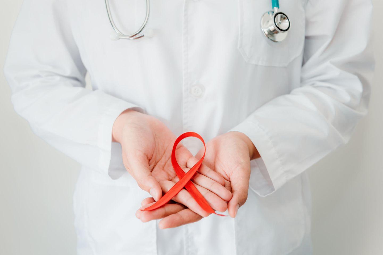 Aids Durchbruch?: Aids Schleife in Hand