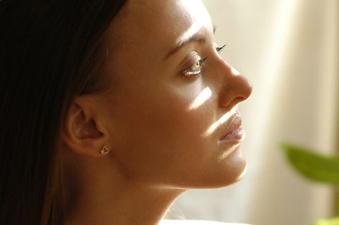 Akne inversa: Frau, die nachdenklich schaut