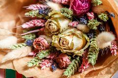 Blumenstrauß trocknen: mit dieser einfachen Methode! Getrockneter Blumenstrauß in Papierfolie