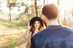 Erwartungen in der Liebe: Mädchen sieht Jungen an