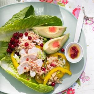 Hähnchen-Avocado-Salat mit Johannisbeer-Vinaigrette