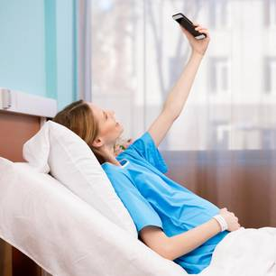 Trend aus dem Kreißsaal: Schwangere Frau macht ein Selfie von sich