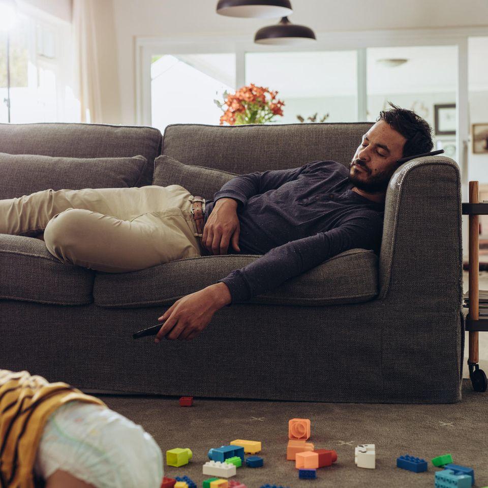 Edekas Muttertagswerbespot: Vater schläft auf dem Sofa