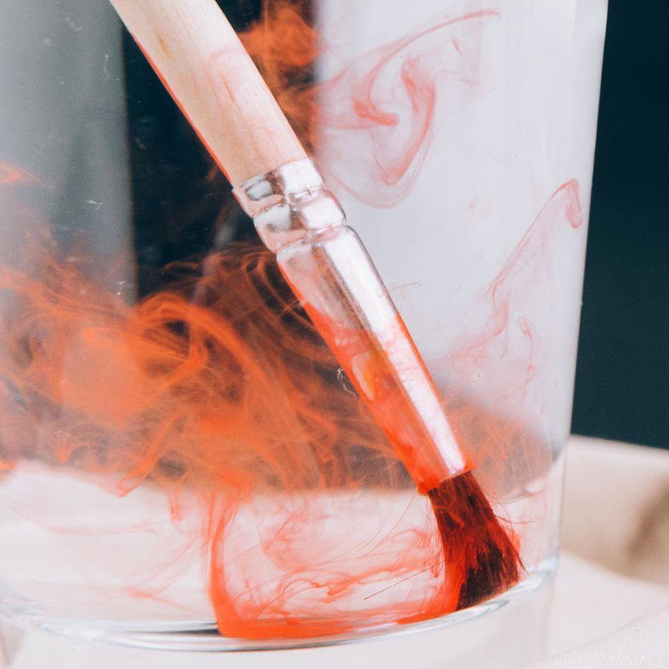 Pinsel reinigen: Farbpinsel in Wasser