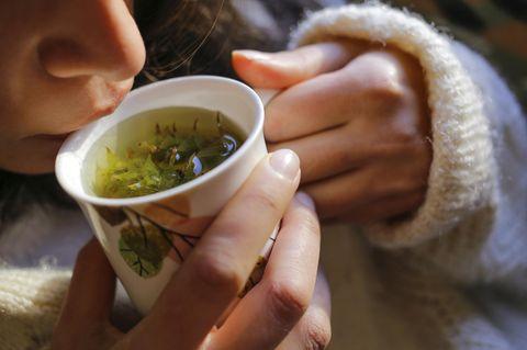 Hausmittel gegen Magenschleimhautentzündung: Grünen Tee trinken