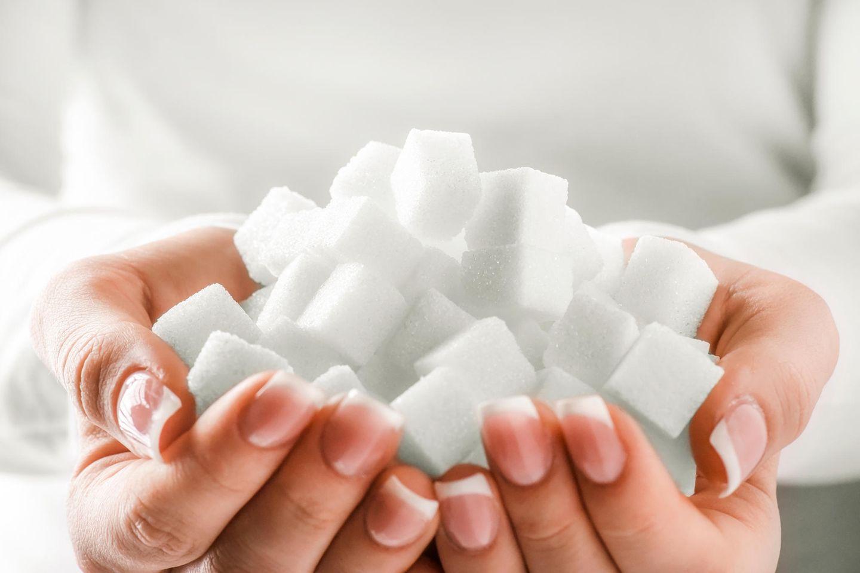 Glykation: Zwei Hände voll mit Zucker