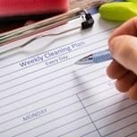 Der perfekte Putzplan: Organisation und Tipps: Gedruckter Putzplan auf einem Klemmbrett