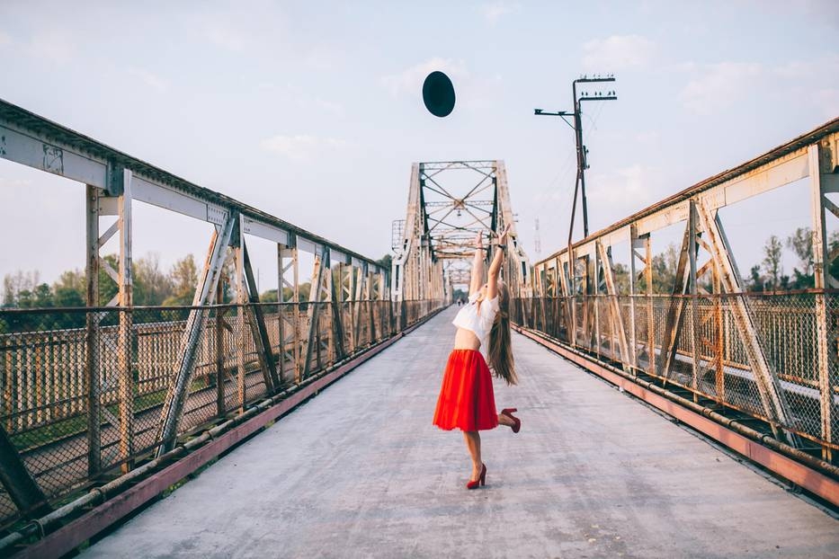 Meine größte Stärke: Eine fröhliche Frau wirft ihren Hut in die Luft