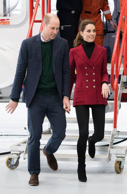 Die Looks von Herzogin Kate: Kate im roten Blazer mit William