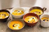Kürbissuppe mit Holunder und Preiselbeeren