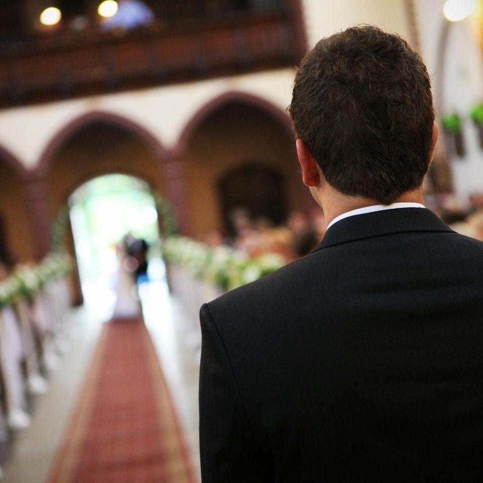 Was denken Bräutigame am Altar? Ein Bräutigam sieht seiner Braut entgegen