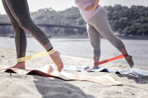 Frauen machen Übungen im Freien