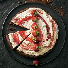Mississippi-Mud-Cake mit Erdbeer-Sahne