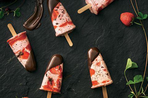Stracciatella-Erdbeer-Eis am Stiel