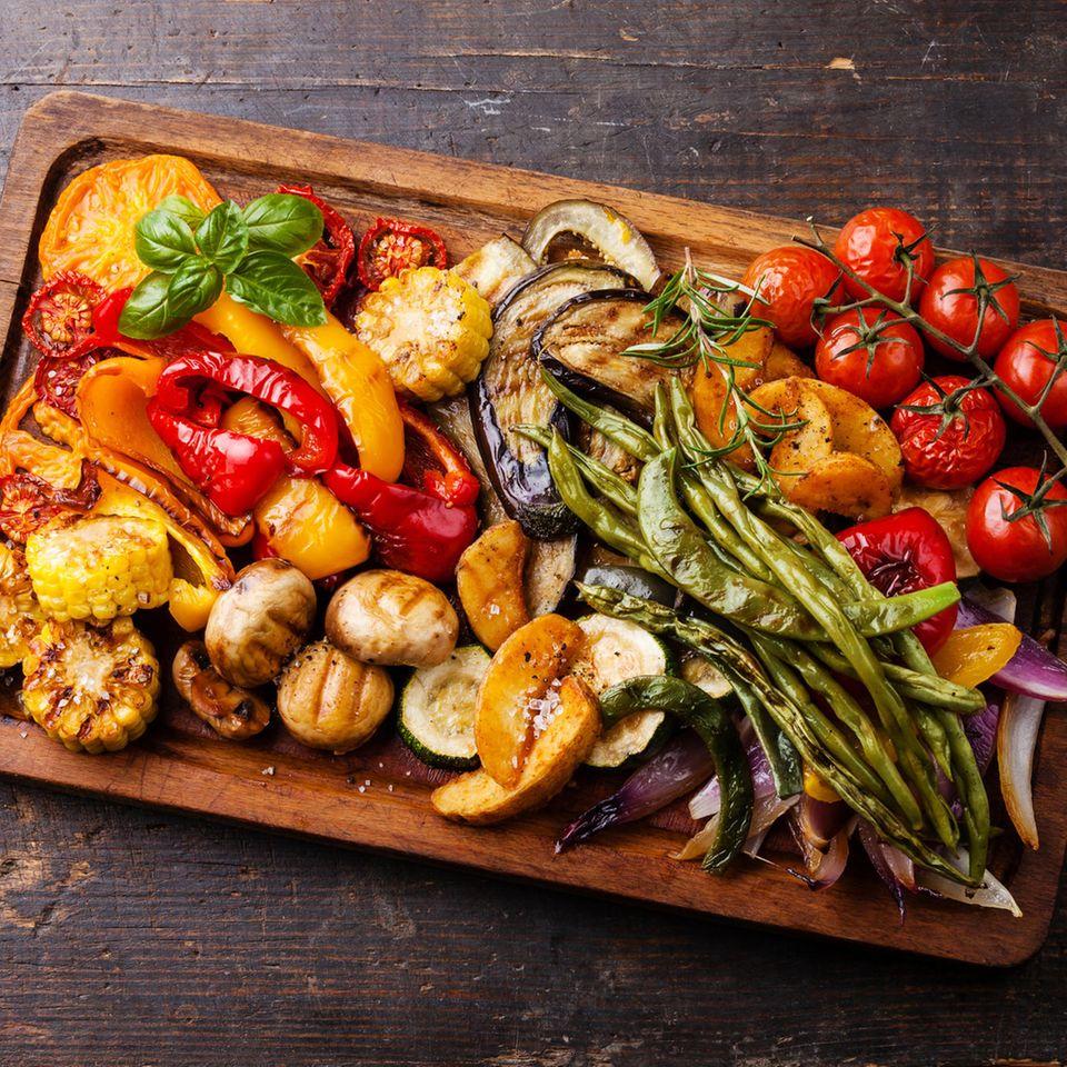 Grillgemüse: Gegrilltes Gemüse auf einem Brett