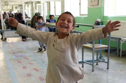 Viral: Afghanischer Junge legt Freudentanz mit neuer Beinprothese ab