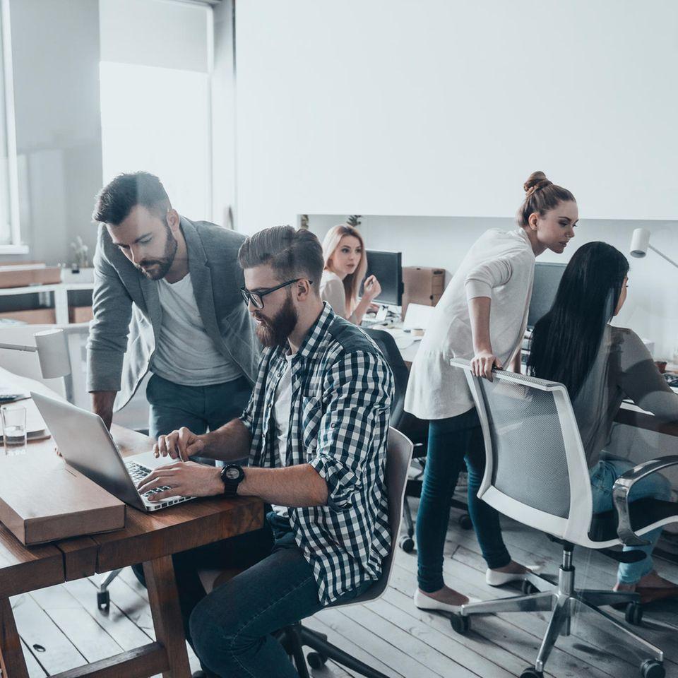 Arbeitszeiterfassung: Menschen in einem Büro