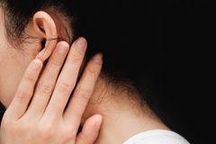Hausmittel gegen Ohrenschmerzen: Frau hält Hand ans Ohr