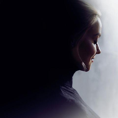 Big Five: Eine junge Frau, die halb im Schatten steht