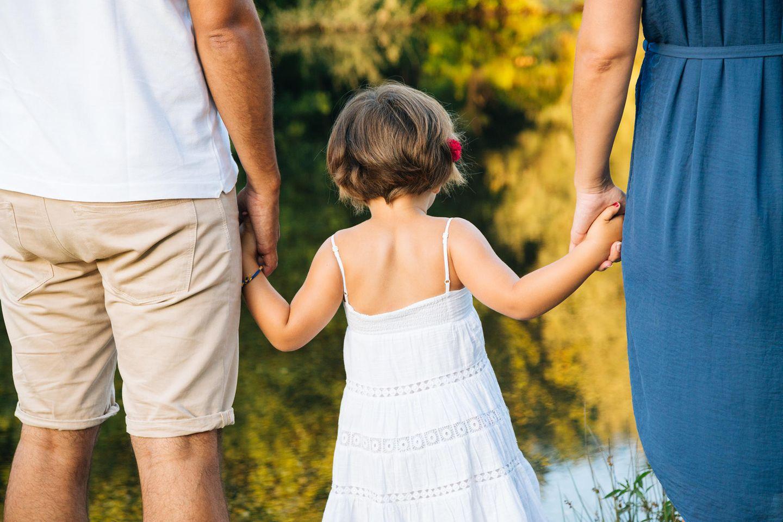 Elternstreit: Eltern mit Kind an den Händen