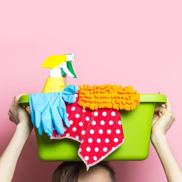 Familienarbeit: Wäschekorb mit Putzsachen
