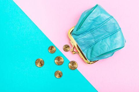 Finanzen für Frauen: Geldbörse und Geld auf türkis-rosa Untergrund