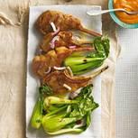 Lammkoteletts mit Satay-Soße und Pak Choi
