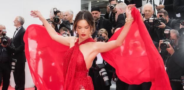 Cannes Filmfestival 2019: Aessandra Ambrosio im roten Kleid
