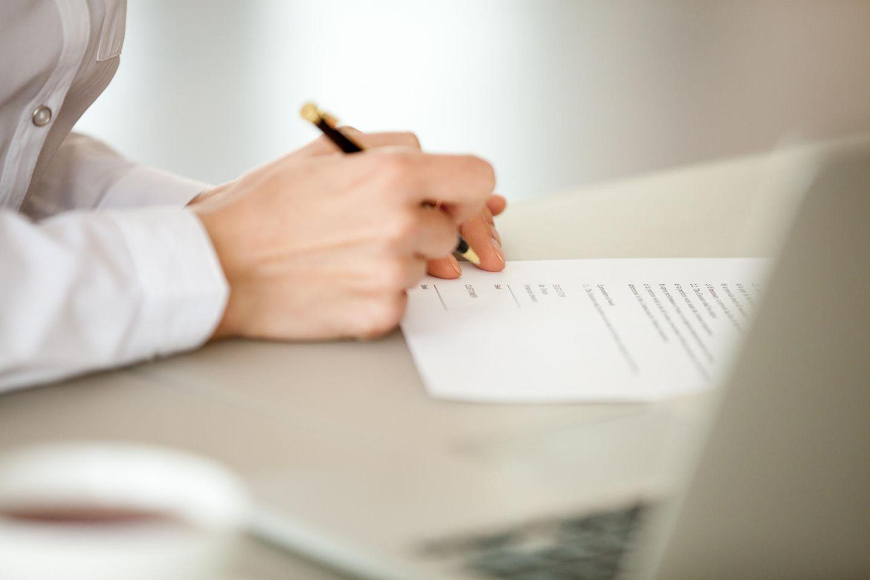 Patent anmelden: Frau füllt Formular aus