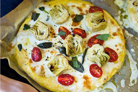 Polenta-Pizza mit Artischocken & Mozzarella