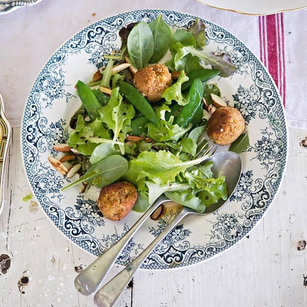 Kichererbsen-Bällchen mit Wildkräuter-Salat