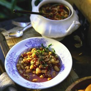 Bohnensuppe mit Meeresfrüchten und Nudeln