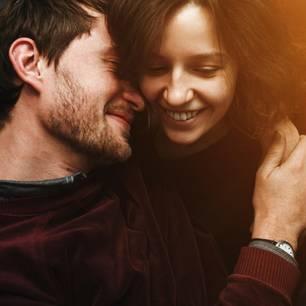 Rollenverteilung in der Beziehung: Ein Pärchen, das sich in den Arm nimmt