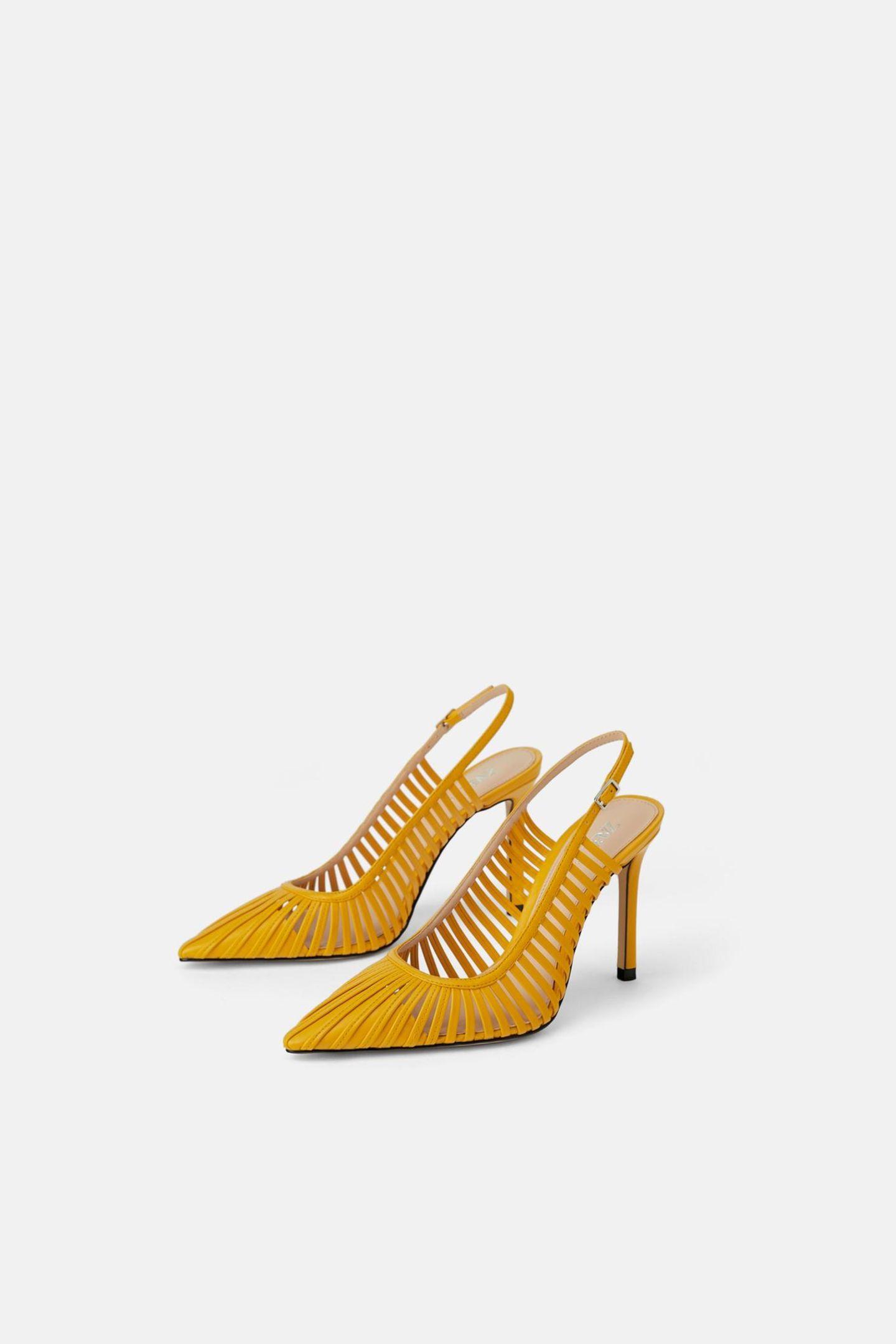 Ein paar gelbe Slingbacks kann jeder Kleiderschrank vertragen. Gelb ist diese Saison ohnehin mega angesagt!  Für rund 30 Euro bei Zara erhältlich.