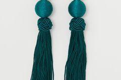 Diese süßen Ohrringe dürfen an keinem Sommerabend fehlen. Wir sind ganz verliebt in die tolle Farbe!  Für etwa 6 Euro bei H&M erhältlich.